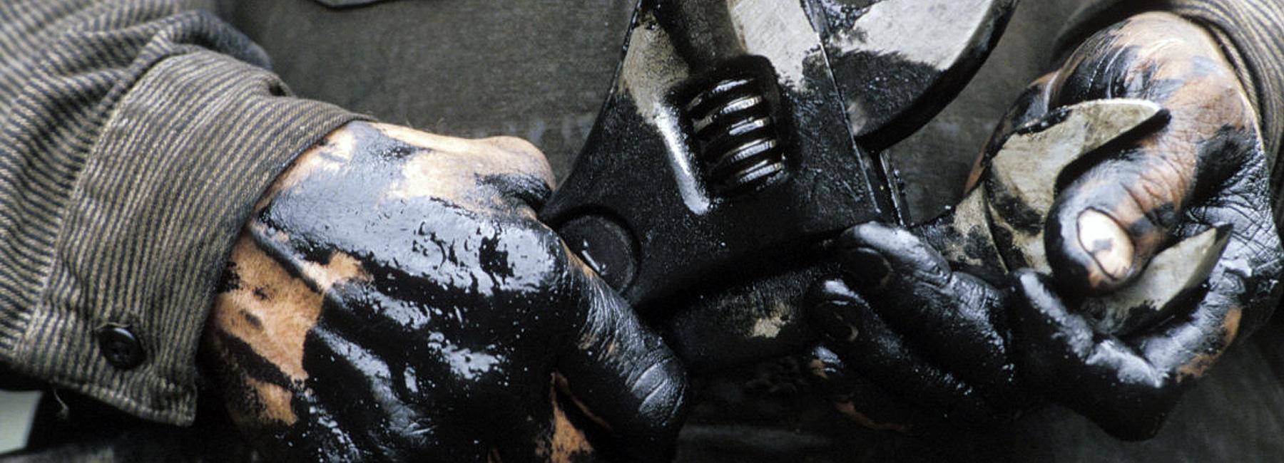 unidad-cirugia-mano-coruna-manos-engrasadas-llave-inglesa-plana